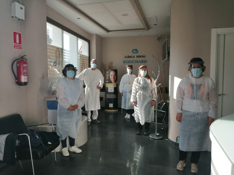 grupo de higienistas en clinica dental en formación profesional